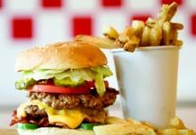 Burger und Pommes von Five Guys by Chicago Photographer Tyler Mallory