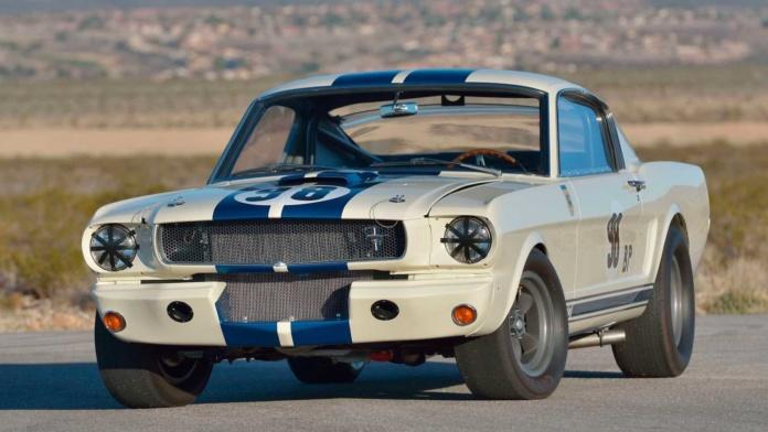 Mecum versteigerte den 1965er Shelby GT350R von LeMans Rennfahrer Ken Miles und stellte einen neuen Rekord auf.